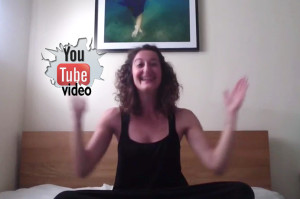 10' Yoga Γέλιου με τη Βασιλική Σκρέκου